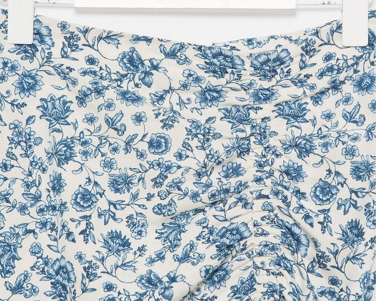 에잇세컨즈(8SECONDS) 블루 플로럴 셔링 미디 스커트 (320527BY1P)