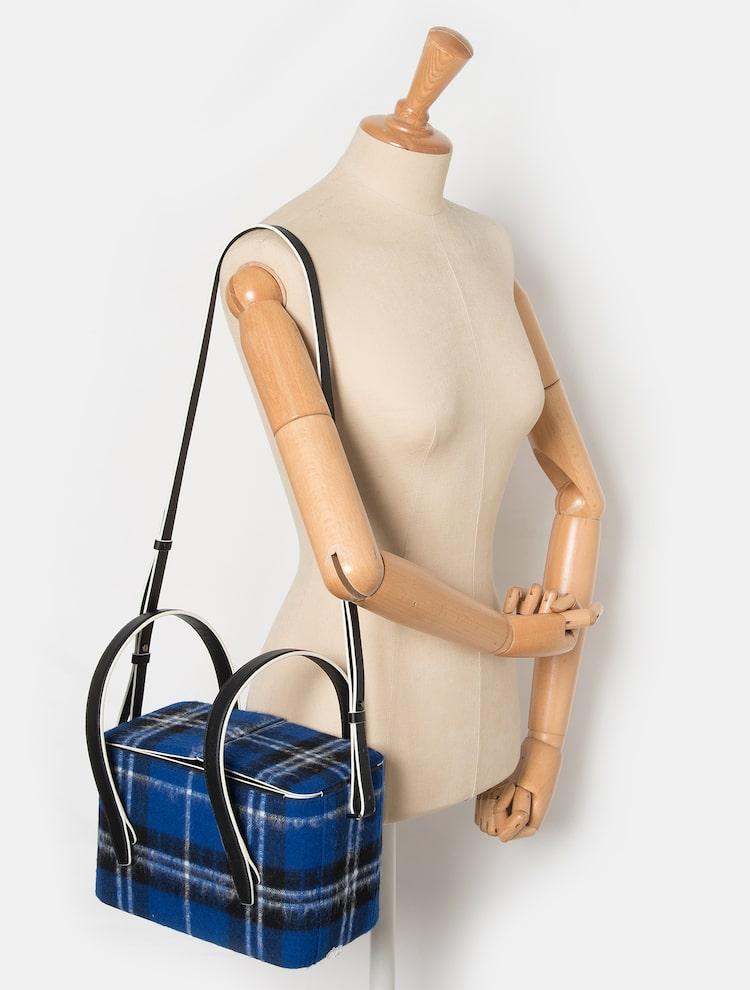 빈폴 액세서리(BEANPOLE ACCESSORY) 여성 블루 스튜디오 박스 스퀘어 백 (BE9XD3M41P)