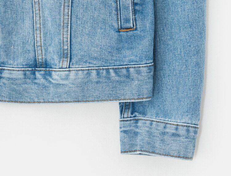 에잇세컨즈(8SECONDS) 블루 백 레터링 엠브로이더리 데님 재킷 (258239WP7P)