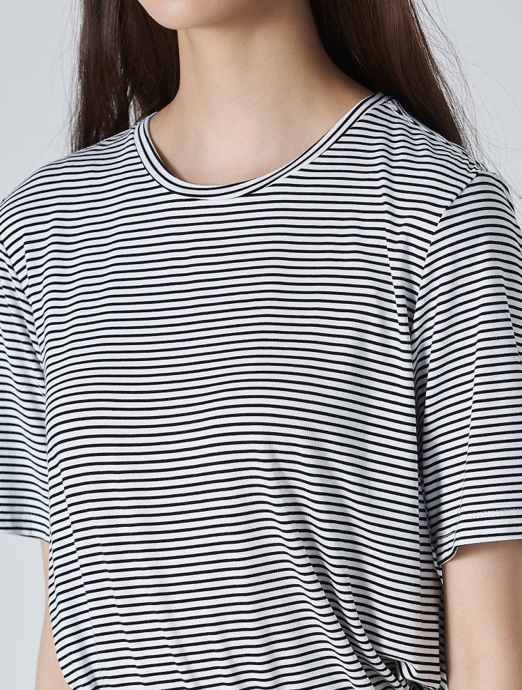 에잇세컨즈(8SECONDS) 화이트 스트라이프 언밸런스 슬릿 반소매 티셔츠 (159542EY11)