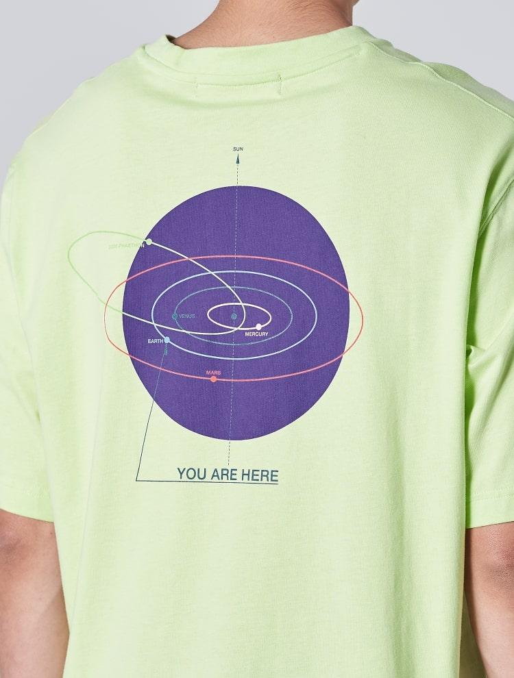 에잇세컨즈(8SECONDS) 라이트 그린 백 포인트 프린팅 라운드넥 티셔츠 (429742DY6L)