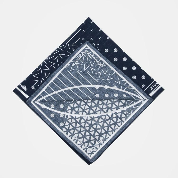 混合各种迷你尺寸印花图案设计而成的时尚手帕,用途广泛,是不可错过的